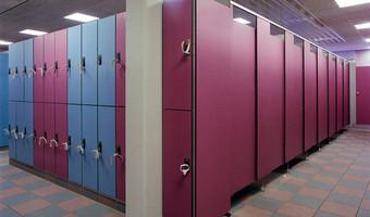 Utilisation et d'adaptation de matériaux plastiques divers: Revêtement mural, cabines et casiers